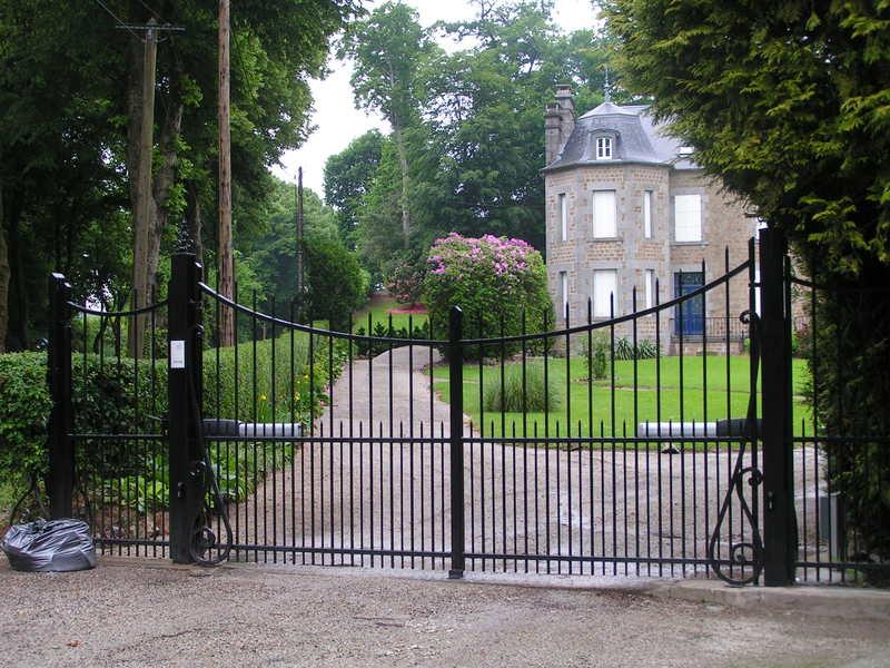 portails en PVC, aluminium ou fer forgé